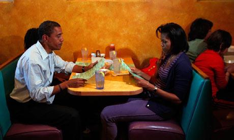 Obamas-eating-dinner-001