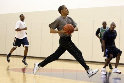 Obama-playing-basket-ball