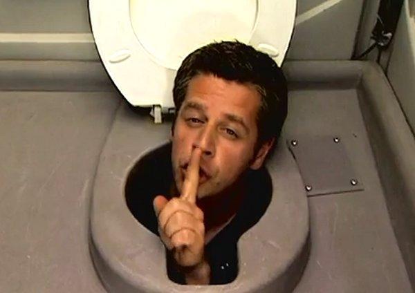 Man-hides-in-toilet